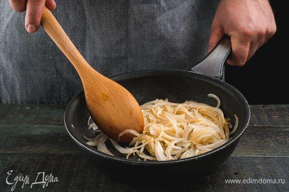 Лук и чеснок обжарьте на сковороде до размягчения.