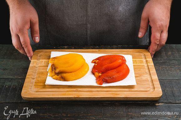 Начнем приготовление с салата. Запеките в духовке болгарские перцы в течение 15 минут. Положите их в пакет и плотно закройте. Далее снимите с перцев кожицу, удалите плодоножку и семена.
