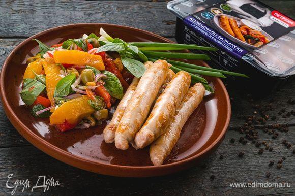 Подавайте колбаски с салатом из запеченных овощей. Приятного аппетита!