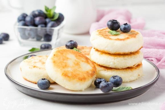 Готовые сырники подать с тем, что вы любите, — со свежими ягодками, вареньем, сметаной или сгущенкой!