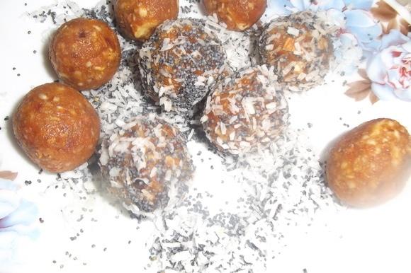 Скатать порционные шарики. Обвалять в маке и кокосовой стружке.