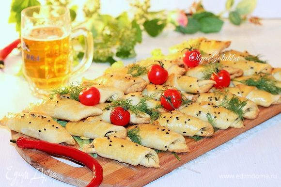 Такие закусочные рогалики можно взять с собой и перекусить на природе, пока готовится шашлык.