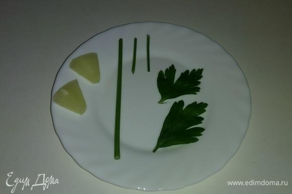 От веточки петрушки отрезаем пару симпатичных листочков. Также понадобится длинный стебель петрушки и два коротких кусочка. От одного кружочка ананаса отрезаем два небольших кусочка. Все эти части петрушки и ананаса понадобятся нам для дальнейшего декорирования десерта.