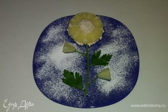 Затем собираем весь «цветок» на тарелке и наслаждаемся десертом. Приятного аппетита!