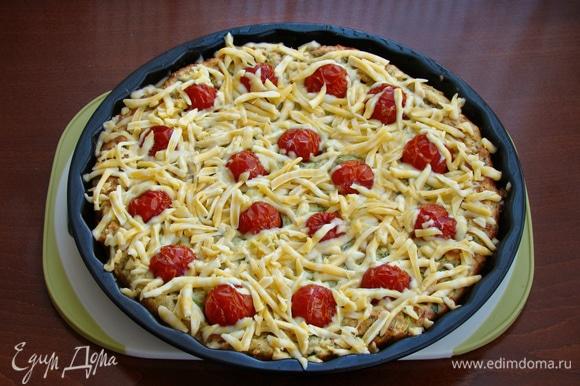 Через полчаса пиццу достать и сверху посыпать тертым на крупной терке сыром. Поставить обратно в духовку примерно минут на 10.