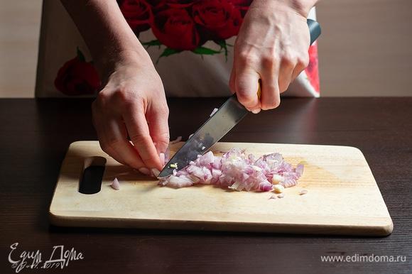 Так же мелко порубите лук.