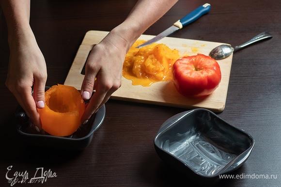 Формочки смажьте маслом, положите помидоры.