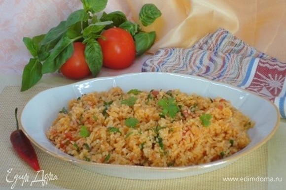 Убрать рис с огня, дать настояться час. Всыпать кинзу, перемешать. Подавать как самостоятельное блюдо или на гарнир.