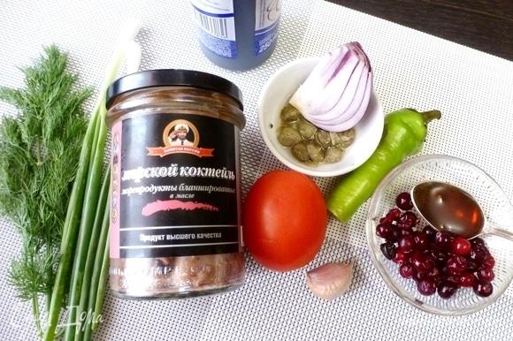 Подготовить ингредиенты для паштета. Овощи и зелень помыть. У меня морской коктейль ТМ «Капитан Вкусов» —морепродукты бланшированные в масле.