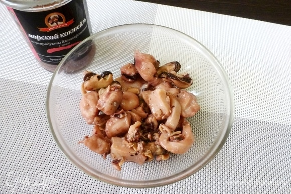 В составе морского коктейля ТМ «Капитан вкусов» мидии, осьминоги, кальмары. Слить жидкость с консервов.