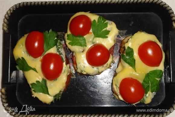 Вкусные горячие бутерброды с помидорами готовы. Украсить листиками петрушки. Подать вместе с чаем или кофе. Угощайтесь! Приятного аппетита!