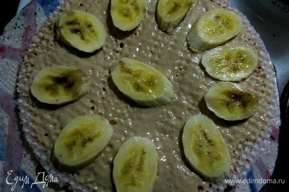 Следующий слой смазываем сметаной и выкладываем банан (важно брать спелые — они слаще).