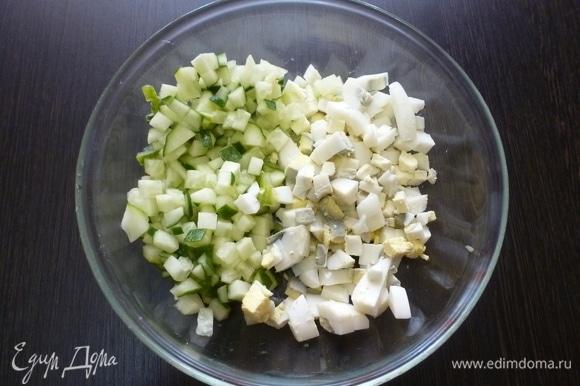 Нарезать свежий огурец и вареные яйца.
