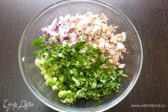Мелко нарезать сладкий лук и зелень. Нарезать кубиком вареную курицу.