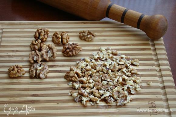 Грецкие орешки измельчить: прокатать скалкой или просто порубить ножом.