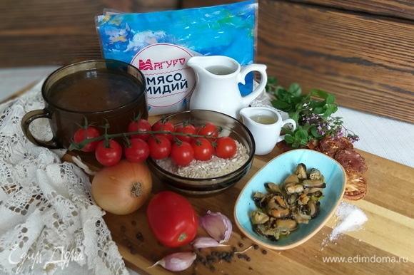 Лук и вяленые томаты нарезать мелко. Листики свежего орегано измельчить. Помидоры сливка бланшировать, очистить от кожицы и нарезать крупным кубиком.