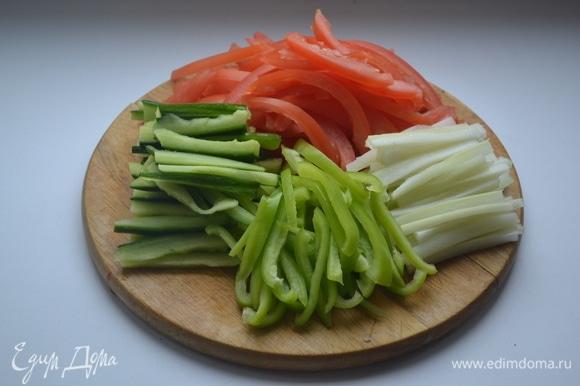 Помидоры и огурцы очиcтить от мякоти. Твердую часть нарезать соломкой. Также соломкой нарезать перец, сельдерей и пекинскую капусту.