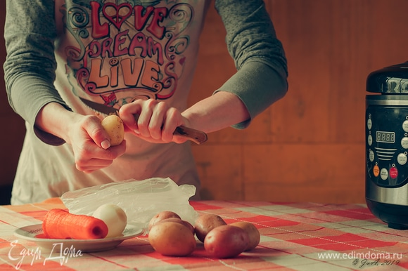 Почистите овощи. Я использую первую молодую картошку — она восхитительна!