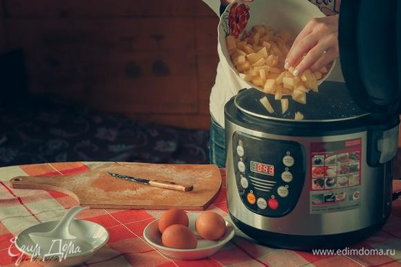 Положите картофель и оставьте вариться до готовности.