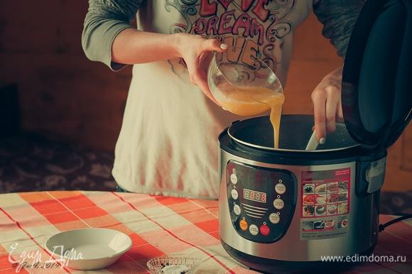 Как только картофель стал мягким, взбейте яйца и вылейте их в суп, быстро помешивая, чтобы они равномерно разошлись.