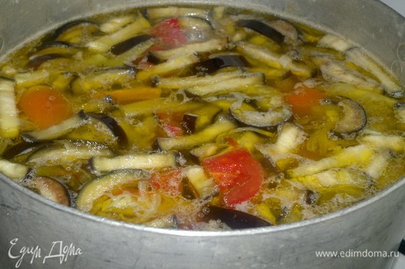 Перец и помидор положить в суп. Выложить в суп обжаренные морковь с луком.