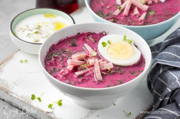 Влить свекольный отвар и 1 ст. л. уксуса на каждую тарелку. Добавить яйцо и нарезанную ломтиками ветчину. Поперчить сверху, и можно подавать к столу.