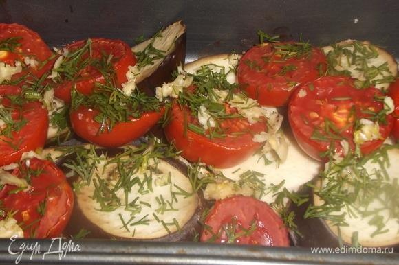 Духовку включить на 200°C. Поставить форму с овощами запекаться на 30 минут, затем посыпать чесноком и укропом.