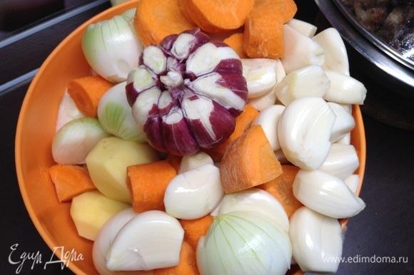 Тем временем картошка, лук, чеснок и морковь готовы и ждут своей очереди.