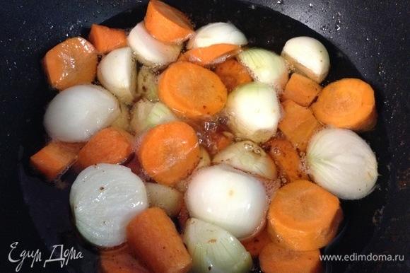 И наконец — в масло раскаленное кладем лук и морковь. Тут ошибочно лук нарезан пополам, не нужно — распадется, лучше целыми.