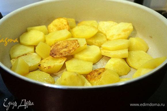 В глубокой сковороде разогреть растительное масло. Добавить картофель. Картофель обжарить до золотистой корочки.