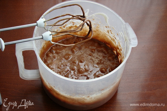 Смешать все ингредиенты, вылить в форму с разъемными бортиками и поставить в разогретую до 170°C духовку минут на 20. Готовность бисквита проверить шпажкой. Бисквит освободить от формы (18–20 см) и остудить на решетке.