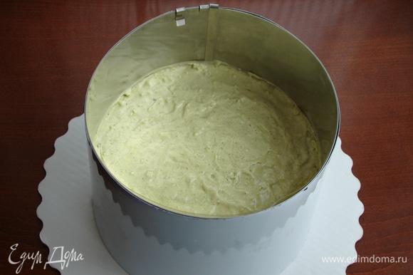Равномерным слоем вылить фисташковый мусс на бисквит с клубникой и поставить в холодильник для застывания.