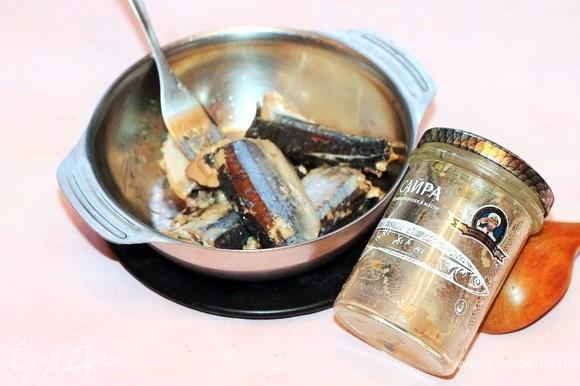 Выкладываем сайру ТМ «Капитан Вкусов» из банки без масла и измельчаем вилкой.