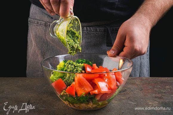 Заправьте салат соусом песто.