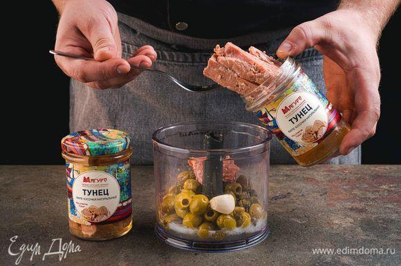 Переложите в чашу консервированное филе тунца натуральное ТМ «Магуро» вместе с соком и взбейте в блендере до однородной консистенции.