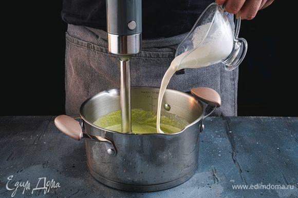 Брокколи пробейте блендером до состояния пюре, добавьте сливки.