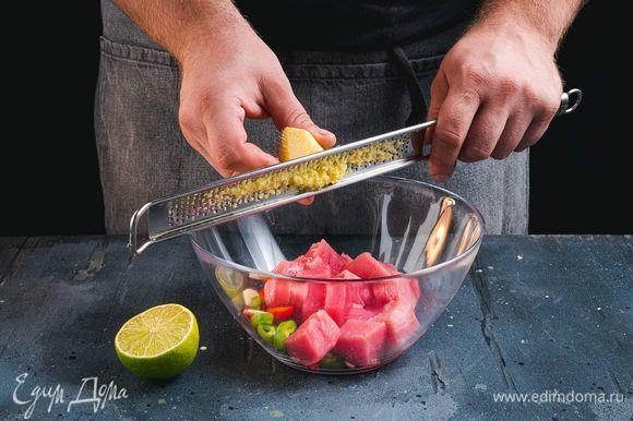В глубокую миску выложите нарезанные овощи, грейпрут и нарезанную на небольшие кубики рыбу. Имбирь почистите и натрите на терке. Выжмите сок лайма.