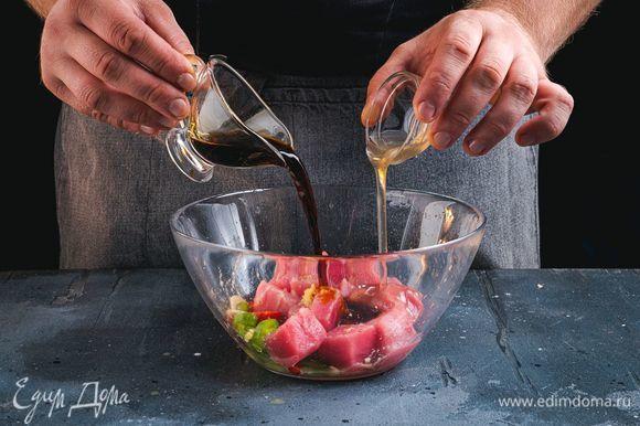 Влейте соевый соус и белый бальзамический крем. Все перемешайте, накройте полиэтиленовой пленкой и поставьте в холодильник на 20 минут.