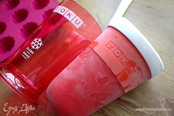 Внутренний стакан формы надо заморозить на 8 ч или более.