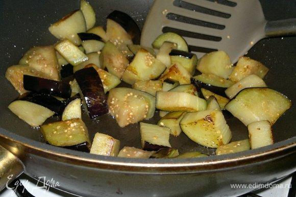 В сковороде разогреть часть растительного масла. Обжарить (частями) кусочки баклажанов до румяности. Выложить баклажаны в кастрюлю.