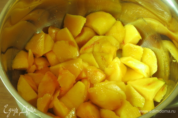 Моем, чистим и нарезаем персики.