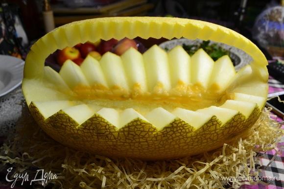 Из дыни вырежем корзинку для фруктов.