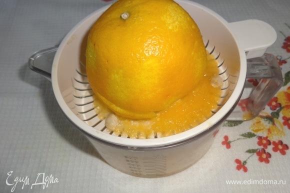 Из лимона выжать сок. 4 столовых ложки лимонного сока добавить в персиковое пюре.