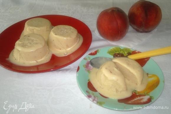 Вкусный домашний десерт готов. Достать мороженое из морозилки, вынуть из формочек и наслаждаться прекрасным вкусом. Угощайтесь! Приятного аппетита!