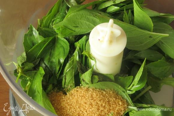 В блендер кладем листья, ложку сахара, ложку сока или мякоть 1/2 яблока.