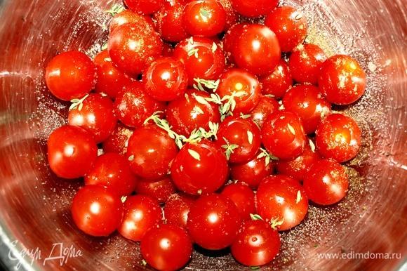Подготовленные помидоры черри складываем в миску. Добавляем соль, перец, листики 1 веточки свежего тимьяна, растительное масло. Аккуратно перемешиваем.