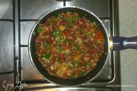 Затем добавляем к овощам с фасолью нарезанную зелень петрушки. Еще раз все перемешиваем. Закрываем крышкой, выключаем плиту и даем настояться около 3 минут. Приятного аппетита!