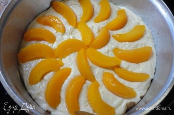 Выложить дольки персика на тесто внахлест или в контакт.