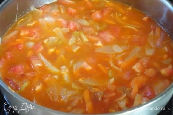 Выложить к овощам томатную пасту и помидоры и влить бульон. Тушить 10–15 минут при открытой крышке.