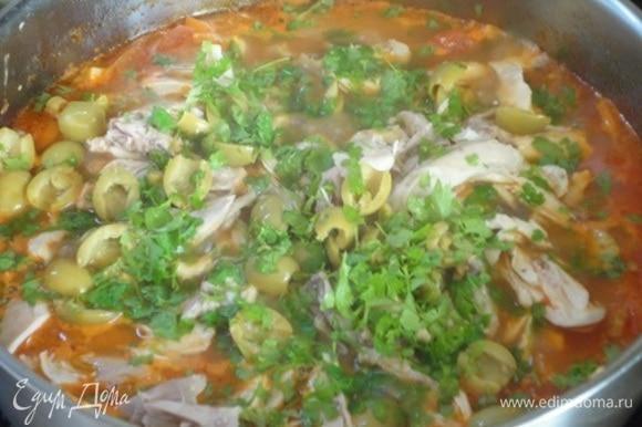 Затем добавить кусочки курицы, оливки и петрушку. Перемешать, попробовать на соль и перец.